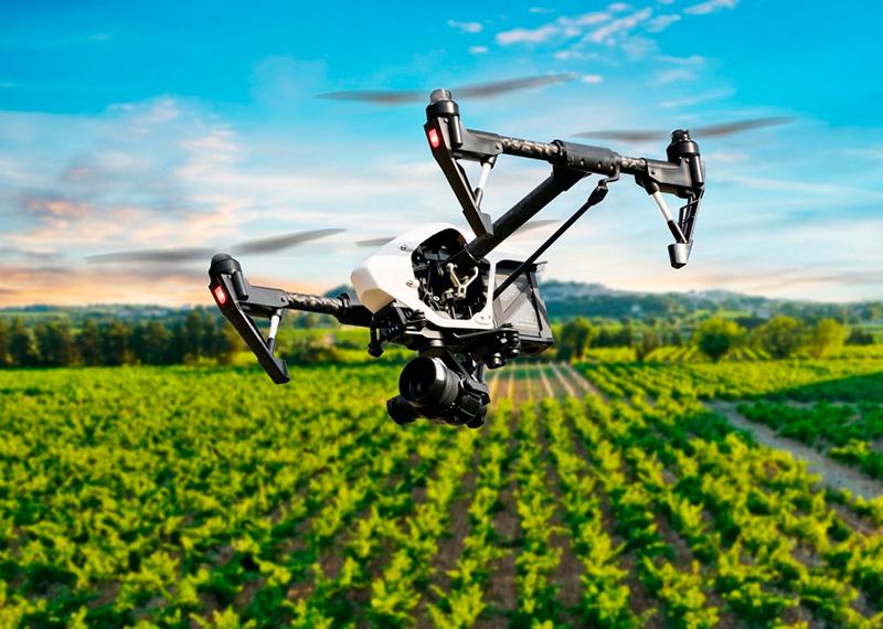 Dron volando para uso agroalimentario